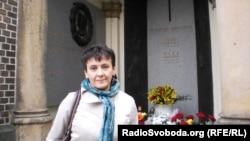 Оксана Забужко біля могили Вацлава Гавела на Виноградському цвинтарі в Празі