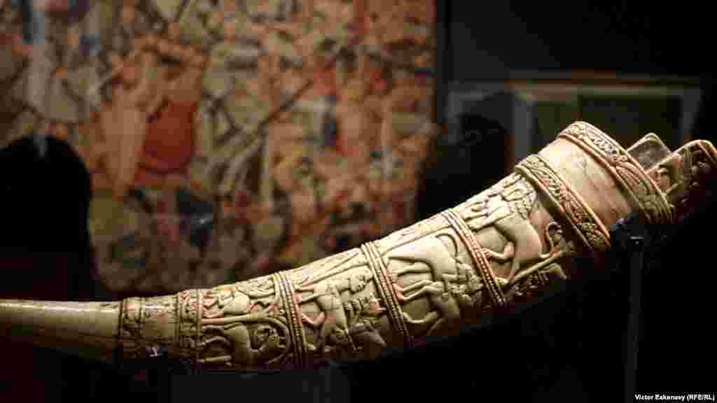 """Olifant, zis """"Cornul lui Orlando"""", cca. sec. XI [din col. Musée Paul-Dupuy, Toulouse]."""