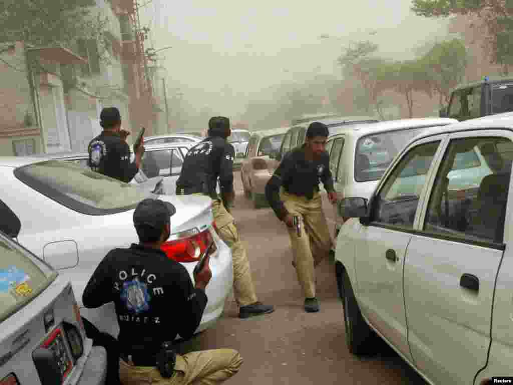 Полиция занимает позиции у захваченных мечетей в Лахоре