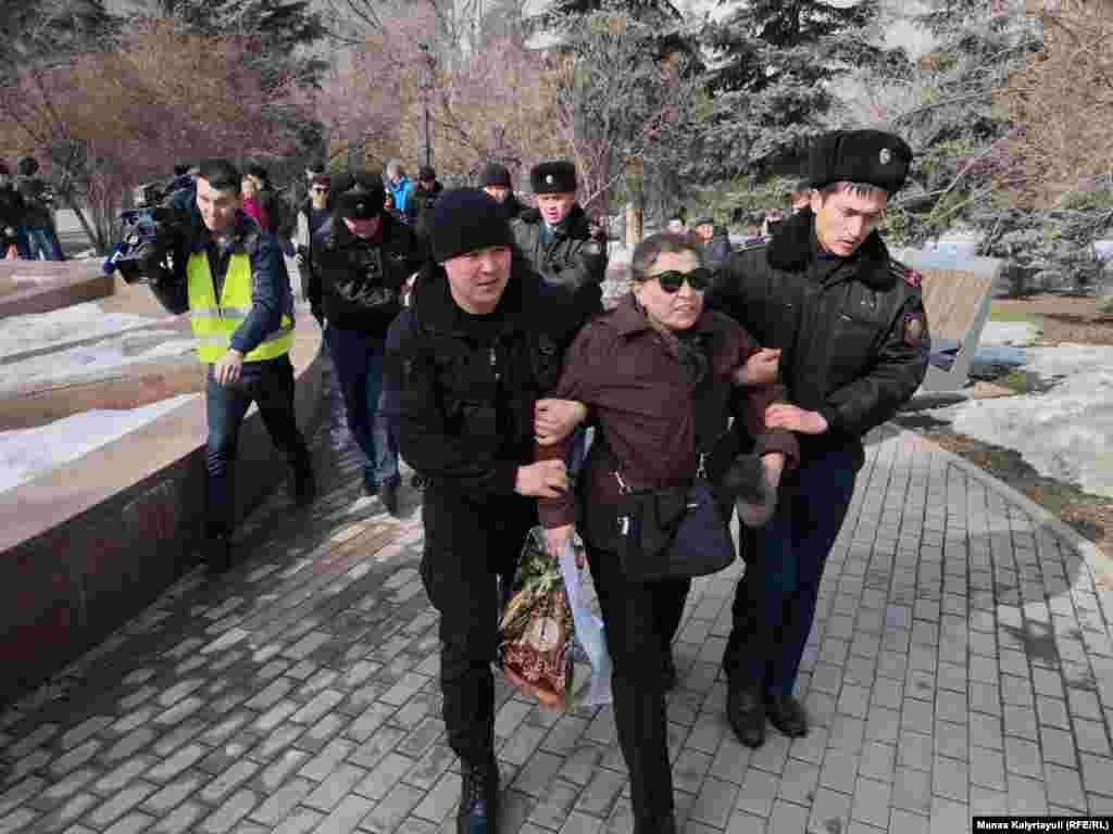 """Алматыда полиция митинг өтеді деп жоспарланған """"Астана"""" алаңына келген адамды ұстап әкетіп барады.Қазақстандағы екі оппозициялық топ - """"Демократиялық партия"""" құруды жоспарлайтын бастамашыл топ пен елде қызметіне тыйым салынған """"Қазақстанның демократиялық таңдауы"""" қозғалысы (ҚДТ) 22 ақпанда билікке қарсы наразылық өткізетіндерін хабарлаған."""