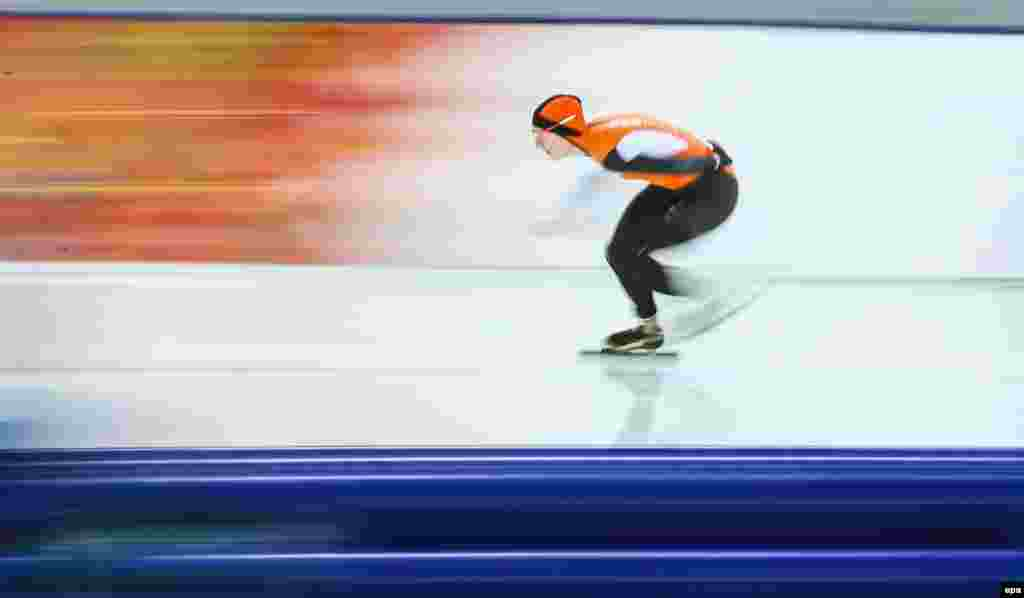 Ireen Wust of the Netherlands in action during the women's 5,000 meter speed skating event. (EPA/Hannibal Hanschke)