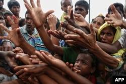 Біженці-рохінджа в черзі по харчову допомогу в таборі для біженців у Бангладеш, 30 серпня 2017 року