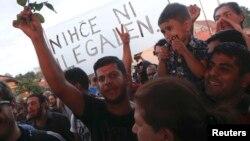 پناهجویان در حال انتظار برای عبور از مرز کرواسی و وورد به خاک اسلوانی.