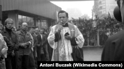 Генрик Янковский на территории судостроительного завода в Гданське в августе 1980 года
