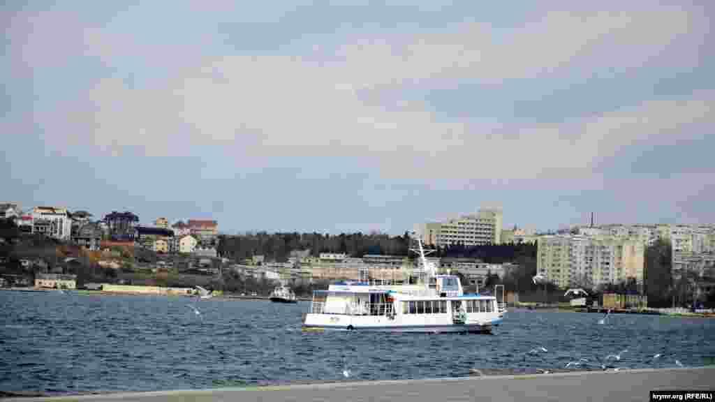Пассажирский катер идет из Артиллерийской бухты на Радиогорку