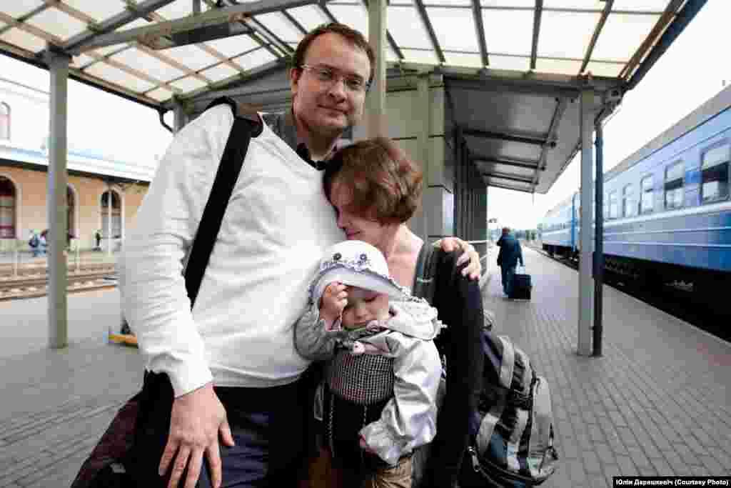 Палітэмігрант Алесь Міхалевіч сустракаецца з жонкай Міланай і дачкой на вакзале ў Вільні. 2011 год