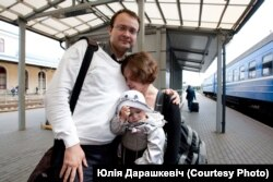 Ales Mikhalevich meets with his wife Milana and daughter at the train station in Vilnius, 2011. (Photo by Yulia Darashkevich)