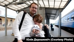 Ales Mikhalevich meets with his wife Milana and his daughter at the train station in Vilnius. 2011 (Photo by Julia Darashkevich)