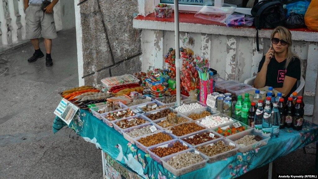 На раскладках продают пиво, орехи, чурчхелу и другой перекус