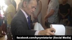 Ukraine -- Ukrainian MP, leader of Crimean Tatar people Mustafa Djemilev is voting in Kiyv
