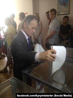 Mustafa Djemilev votînd la Kiev