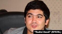 Ҷӯрабек Умаров ҳангоми сӯҳбат дар студияи Радиои Озодӣ дар Душанбе