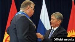 """Президент Алмазбек Атамбаев 2012-жылы Бельяниновду """"Данакер"""" ордени менен сыйлаган"""