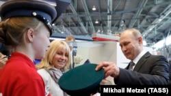 """Владимир Путин на выставке """"Иннопром"""""""