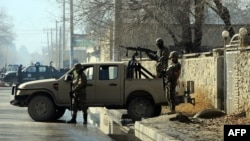 Сотрудники афганских служб безопасности на въезде на территорию NDS.