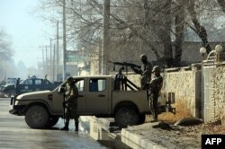 Афганские полицейские на месте теракта в Кабуле. 12 декабря 2013 года