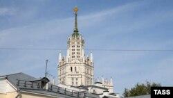 Здание на Котельнической набережной. Москва, 20 августа 2014 года.