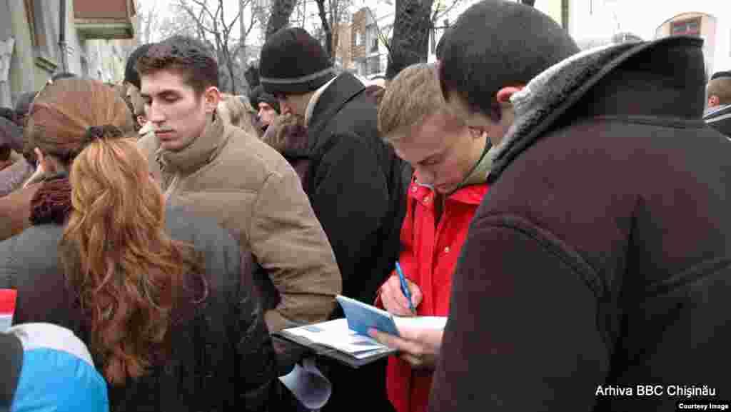 4 ianuarie 2007. Coadă la vize, la Consulatul României de la Chişinău
