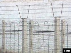 Түркіменстан түрмесінің біріндегі қоршау қабырғасымен қатар тартылған сымдар. (Көрнекі сурет)