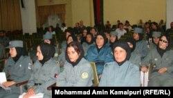 Женщины-полицейские в Афганистане на церемонии окончании полицейской академии в Кабуле