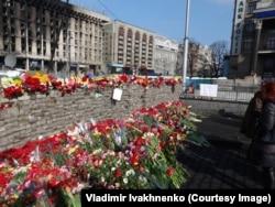 Цветы в память о погибших в Киеве