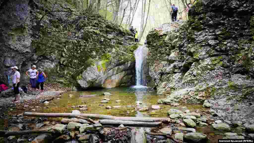 «Купель молодости» у одного из четырех Черемисовских водопадов на Кучук-Карасу. Здесь при температуре воды +10 градусов некоторые туристки решили «омолодиться»