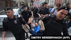Задержание полицейскими Николая Алексеева 30 мая