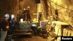 Работники месторождения золота Кумтор у оборудования.