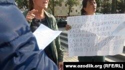 Матери верующих заключенных требуют прекращения пыток. Ташкент, 20 октября 2017 года.