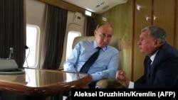 Prezident Vladimir Putin (solda) Rosneftin rəhbəri Igor Sechin-lə Kemerovoya uçarkən (2018-ci il)