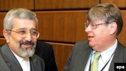 اولی هاینون، معاون مدیرکا آژانس بین المللی انرژی اتمی در حال گفت وگو با علی اصغر سلطانیهف سفیر ایران در آژانس