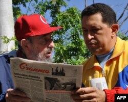 Кубаның бұрынғы президенті Фидель Кастро (сол жақта) және Венесуэла президенті Уго Чавес. Гавана, 28 маусым 2011 жыл.