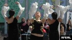 В Бишкеке отмечают вторую годовщину «тюльпановой революции» и на всякий случай готовятся к новой
