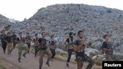 عناصر من الجيش السوري الحر يتدربون شمال ادلب