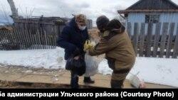 Волонтеры доставляют гуманитарную помощь местных жителей