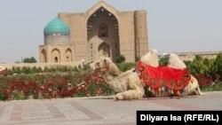 Верблюд на фоне мавзолея Ходжи Ахмета Яссауи. Туркестан, 2 июня 2018 года.