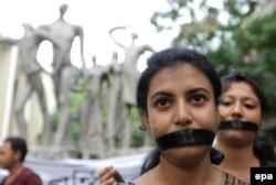 Студентки Калькутты протестуют против волны изнасилований в городе. 2017 год