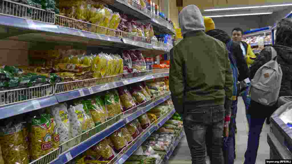 Полки с продуктами в одном из супермаркетов Ялты