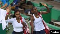 37-річна Вінус Вільямс (п) відзначилася виходом до півфіналу US Open, а її молодша сестра Серена (л) під час турніру народила дочку