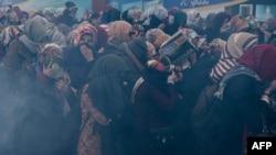 """Susținători ai cotidianului """"Zaman"""" atacați de poliție sîmbătă cu gaze lacromonege"""