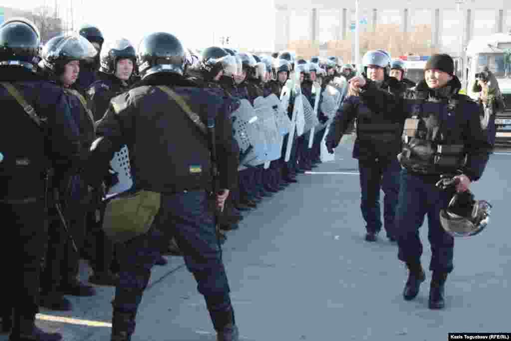 Қызмет қаруы мен арнайы құралдары бар полиция жасағы Ақтау қаласының орталық алаңында тұр. 18 желтоқсан 2011 жыл.