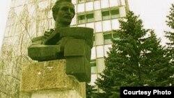 Statuia lui Mihai Eminescu la Ungheni