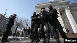 Задержания у офиса партии «Нур Отан» в Алматы в день проведения партийного съезда в Астане. 27 февраля 2019 года.