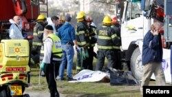 Израильские спасатели на месте инцидента с грузовиком в Иерусалиме. 8 января 2017 года.