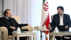 علی لاریجانی (چپ)، رئیس مجلس شورای اسلامی، در کنار محمود احمدینژاد (عکس قدیمی است)