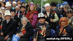 Жеңиш салтанатына келген ардагерлер. Бишкек, 2011-жылдын 9-майы.