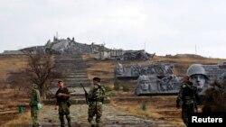 Separatiști pro-ruși la monumentul distrus de pe dealul Savur-Mohyla, în apropiere de Donețk, 28 august.