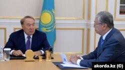 Kasym-Žomart Tokaýew (sagda) gazak prezidenti Nursotan Nazarbaýew bilen gepleşikleri geçirýär. 2018 ý.
