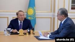 Қасым-Жомарт Тоқаев (оң жақта) пен Нұрсұлтан Назарбаев.