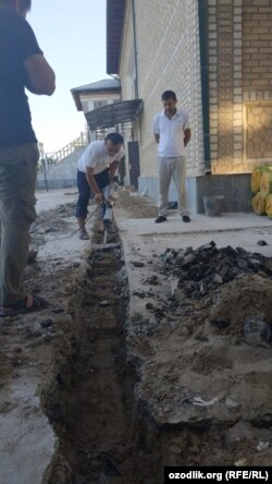 Сотрудники «Вакфа» заняты строительными работами.